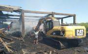 Evakuasi Puing Kebakaran Gudang Kayu di Siwalanpanji dengan Alat Berat