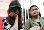 Tutupi Wajah Saksi Kasus Prostitusi Online Putri Amelia Pakai Masker