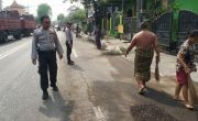 Warga dan Polisi Kompak Bersihkan Kernel Sawit di Jalan Sukomulyo