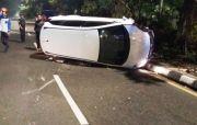 Diduga Mengantuk, Mobilio Tabrak Pembatas Jalan Sebelum Terguling