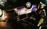 Sopir Ngelantur, Tabrak Pembatas Jalan, Nissan Livina Terjungkir Balik