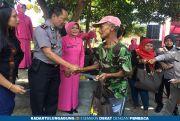 Peringati HUT Bhayangkara, Polsek Wlingi Bagikan 200 Paket Sembako