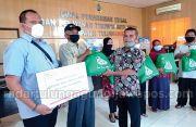 Alfamart Salurkan 100 Paket Sembako di Tulungagung