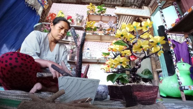 Yeni Nuriyani Dan Hobinya Membuat Tanaman Hias Artifisial Dari Limbah