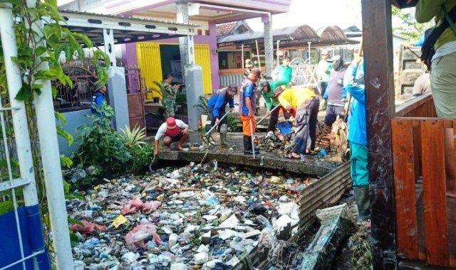 Belum Dinormalisasi Masyarakat Gotong Royong Bersihkan Sampah